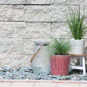 Wielkoformatowe bloczki Polbruk Grando o prostokątnym kształcie i wymiarach 25x30x15 cm lub 25x60x15 cm. Tym, co powoduje, że wyglądają one jak kamień, jest łamana, lekko chropowata w dotyku faktura. Fot. Polbruk