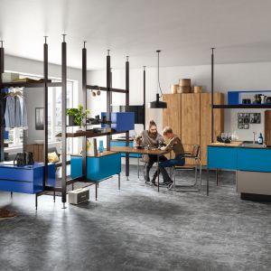 Meble do kuchni Alnosund / Alonspace to doskonałe połączenie szarości, drewna i koloru niebieskiego, który pięknie ożywia nie tylko meble, ale też otwartą przestrzeń dzienną. Dostępne w ofercie firmy Alno. Fot. Alno