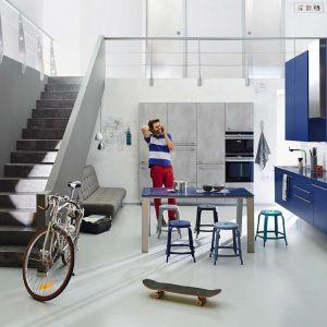 Kolorowe fronty zabudowy Arte-B 3399 dodają wnętrzu energii. To doskonała propozycja do całkowicie zintegrowanej strefy dziennej. wnętrzu energii. Meble dostępne w ofercie firmy Ballerina Küchen. Fot. Ballerina Küchen