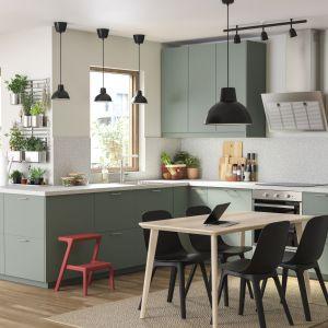 Zestaw mebli Bodarp ma szarozielony kolor, który nadaje kuchni świeżego wyrazu. Fronty produkowano z folii z poddanych recyklingowi butelek PET w fabrykach wykorzystujących odnawialną energię elektryczną. Meble dostępne w ofercie IKEA. Fot. IKEA