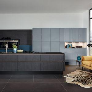 Kuchnia Nova Lack to połączenie prostej, nowoczesnej formy z fornirowanymi frontami, które nadają wnętrzu przytulny charakter. Wysoki połysk lakierowanych frontów sprawia, że pomieszczenie staje się bardziej przestrzenne. Meble dostępne w ofercie Nolte Küchen. Fot. Nolte Küchen