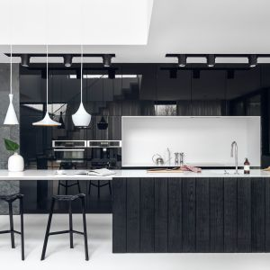 Czarna kuchnia przyciąga uwagę. Projekt Studio Maka. fot. Tom Kurek