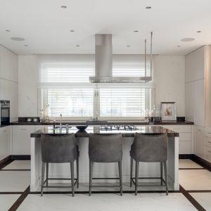 Biała kuchnia urządzona jest klasycznie. Projekt Katarzyna Kraszewska