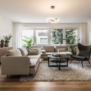 W jasną, przytulną aranżację salonu doskonale wpisuje się również jasny, dywan. Projekt: Ewelina Matyjasik-Lewandowska. Fot. Tomasz Kazaniecki