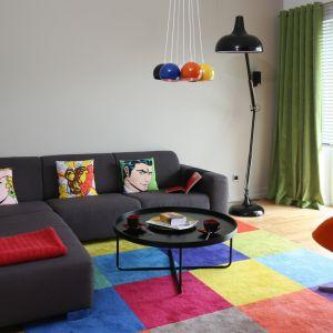 Kolorowy dywan nadaje ton całej aranżacji salonu. Projekt: Dorota Szafrańska. Fot. Bartosz Jarosz