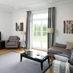 Szary dywan stanowi ładną dekorację w salonie. Projekt: Ventana. Fot. Bartosz Jarosz