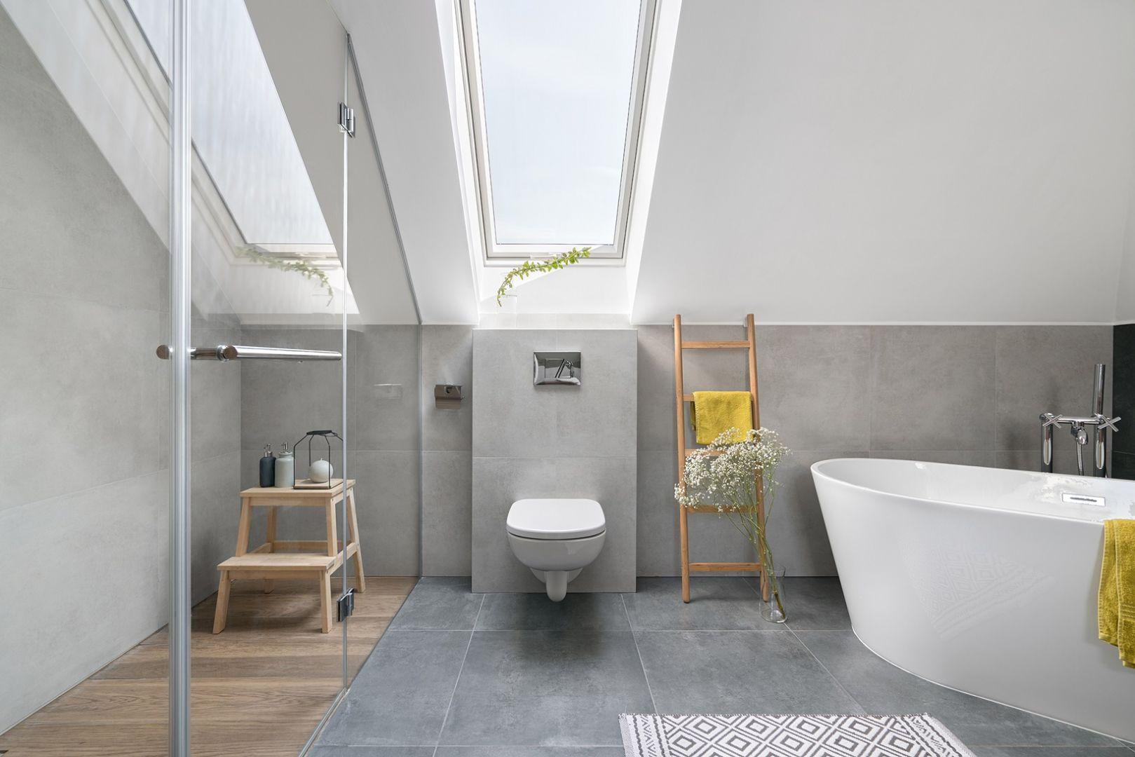 """W przypadku pomieszczeń """"wilgotnych"""", jak np. łazienka, dobrze sprawdzi się stolarka okienna z bardzo trwałą powłoką o podwyższonej odporności na działanie wilgoci czy też okna aluminiowo-tworzywowe. Na zdjęciu: okno dachowe PTP-V.  Fot. Fakro"""