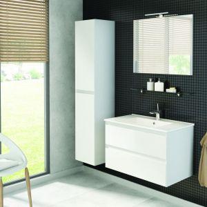 Białe i szare meble sprawią, że łazienka będzie przestronna, uniwersalna i zawsze świeża.Na zdjęciu: meble z kolekcji Guadix. Fot. Defra
