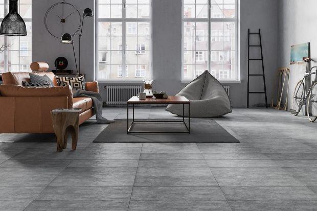 Jaki materiał wybrać na podłogę do salonu? Drewno, panele czy płytki? Zobaczcie kilka kolekcji dostępnych w polskich sklepach.
