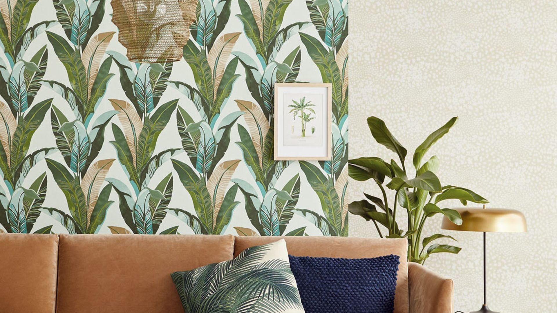 Tapeta z kolekcji Lime Lace, Tropical Leaves Wallpaper Light Blue dostępna w ofercie marki Eijffinger. Fot. Eijffinger