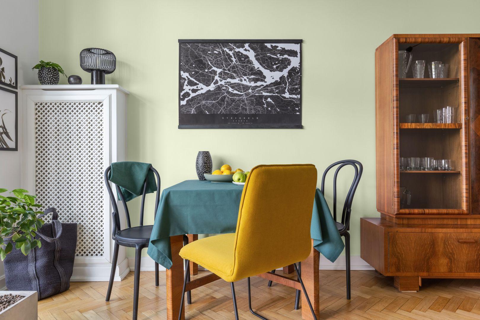 Jasna zieleń ścian w tonacji Y383 Cucumber dyskretnie dopełni tradycyjne wnętrze, idealnie współgrając z drewnianą podłogą. Fot. Tikkurila