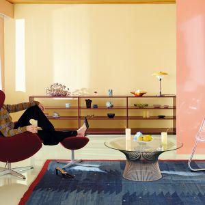 Malując ściany na energetyczną żółcień H300 Lemonade oraz soczysty koral K319 Flamingo uzyskamy wnętrze pełne pozytywnej energii, które będzie motywować do działania. Fot. Tikkurila