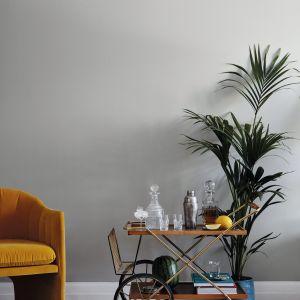 Na ścianach zaś doskonale sprawdzi się nieprzytłaczająca barwa, jak np. przydymiona szarość H495 Tuft z palety Tikkurila Feel the Color.