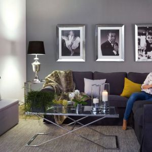 Nowoczesny akcent w postaci awangardowego plakatu stworzy zaś ciekawy kontrast dla stylistyki retro, nadając pomieszczeniu odrobinę świeżości. Fot. Dekoria