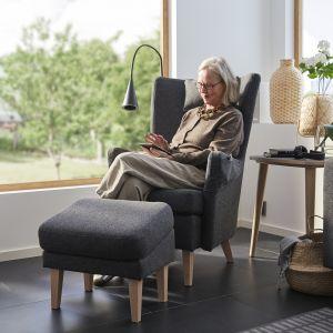 Elegancki, tapicerowany fotel czy ekstrawagancki stolik na kółkach wprowadzą do pomieszczenia powiew minionych lat.Fot. IKEA