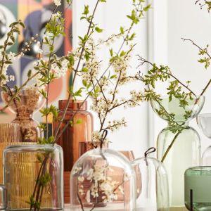 Szklane wazony uzupełnią retro aranżację. Fot. VOX