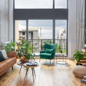 Dwa, nieduże stoliki doskonale wpisały się w nowoczesną aranżację salonu. Projekt: Decoroom. Fot. Marta Behling, Pion Poziom