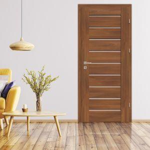 Kanapa w intensywnym kolorze rozpogodzi wygląd wnętrza.Na zdjęciu drzwi SENTIS Sensa od RuckZuck