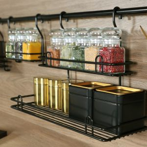 Ciekawym akcentem mogą być w kuchni czarne relingi. Na zdjęciu: duży koszyk zawieszkowy podwójny. Fot. Rejs