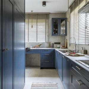 To właśnie tu swój rzeczywisty debiut miał modny odcień Classic Blue (widziany już na salonowych ścianach i sofie), który, z racji kulinarnych upodobań, przez inwestorów nazwany został kolorem amerykańskiej borówki. Projekt Malwina Morelewska. Foto Yassen Hristov