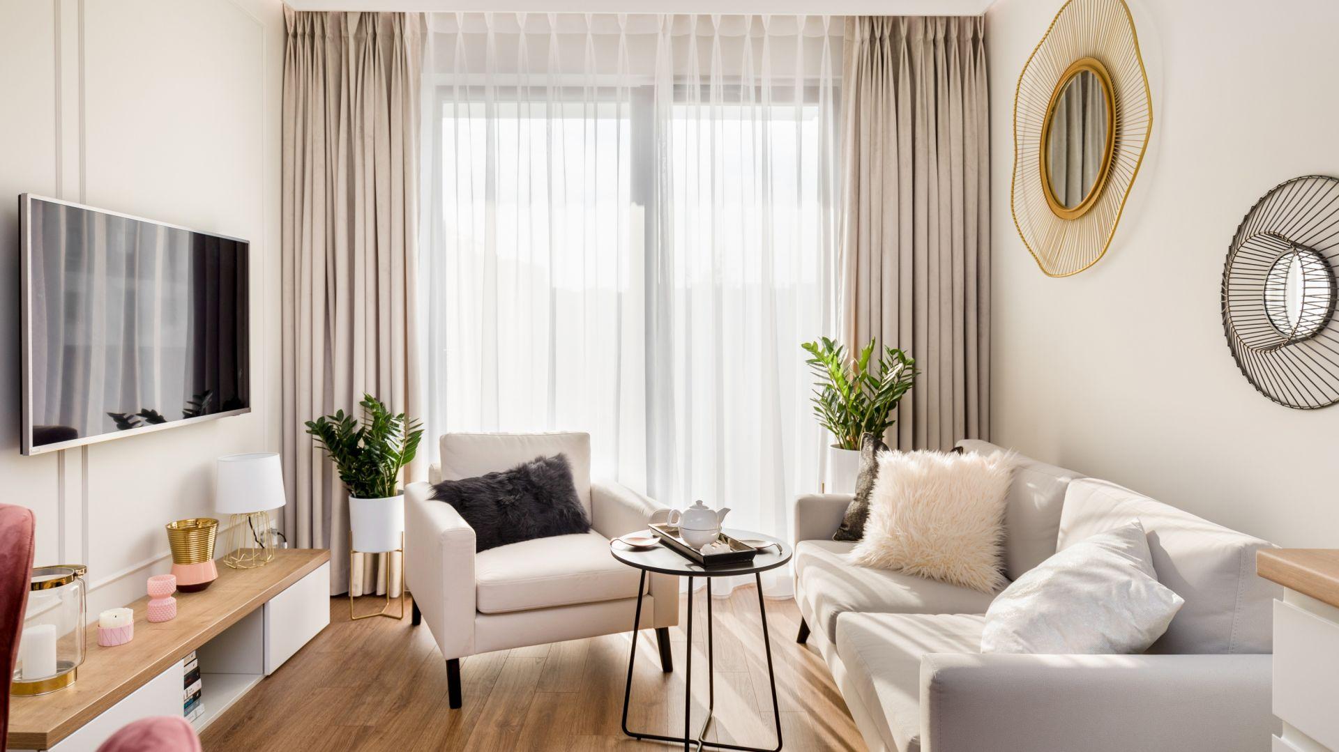 Salonowy szyk zbudują miękkie tkaniny i  modne złoty akcenty. Projekt Joanna Nawrocka
