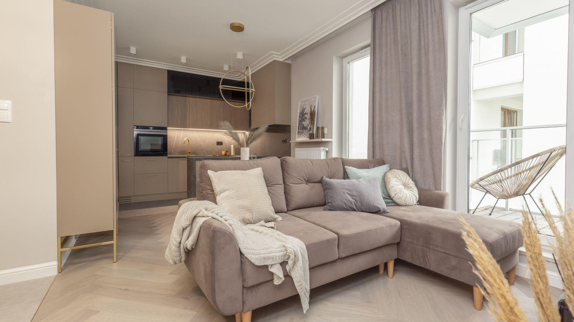 Serce salonu stanowi wygodna kanapa w kolorze taupe. Projekt Decoroom Fot. Marta Behling Pion Poziom