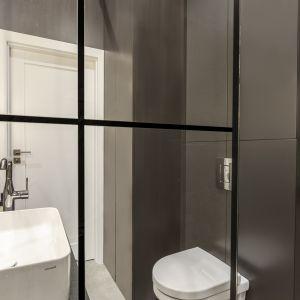 Kolejnym ozdobnym elementem jest kabina prysznicowa z mocno zarysowaną, czarną kratownicą. Projekt Decoroom Fot. Marta Behling Pion Poziom