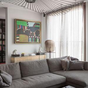 Obrazy to jedne z niewielu barwnych dekoracji ożywiających przestrzeń i budujących domową atmosferę. Projekt: Patrycja Dmowska. Fot. Przemysław Kuciński