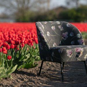 Fotel Vogue Velvet Rococo firmy Be Puer na stalowych, czarnych nogach w tapicerce z kwiatowym wzorem. Dostępny w Dutchhouse. Cena: 1.499 zł. Fot. Dutchhouse