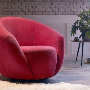 Leo to wygodny fotel obrotowy o charakterystycznym, obłym kształcie. Stosunkowo wysokie podłokietniki płynnie przechodzą w tylne oparcie. Dostępne w Emilia Meble. Cena: ok. 750 zł. Fot. Emilia Meble