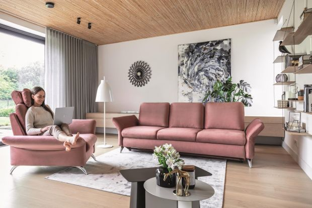 Jaki fotel do swojego salonu wybrać? Tradycyjny uszak, a może coś bardziej nowoczesnego? Polecamy przegląd 15 fajnych foteli idealnych do każdego salonu.