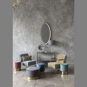 Fotele Artis z kolekcji Mineral Elegance to połączenie subtelnej formy i szykownych materiałów – miękkiego weluru, naturalnego drewna i połyskującego metalu. Dostępny w Miloo Home. Cena: 990 zł. Fot. Miloo Home
