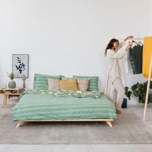 Minimalizm, naturalne materiały i kolory ziemi to przepis na sypialnię bliską naturze. Fot Bonami.pl