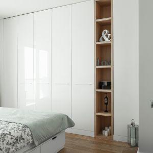 Szafa na wymiar jest tworzona od postaw i każdy z jej elementów – od rodzaju i wyglądu drzwi po zabudowę wnętrza: półki, szuflady czy drążki – wybieramy. Projekt MAFgroup
