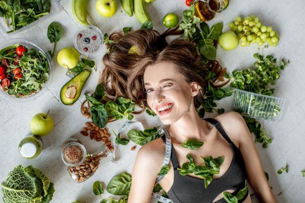 Jesień powoli na horyzoncie, a Ty zastanawiasz się jak nie dać się zmianie aury i na co postawić w codziennym odżywianiu, by być w formie? O dobroczynnym wpływie zielonych warzyw liściastych na organizm zapewne już słyszałaś, ale jeśli wcią