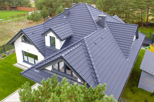 Wybór odpowiedniego pokrycia dachowego to jedna z kluczowych decyzji, jakie musimy podjąć podczas budowy domu. Wielu inwestorów waha się pomiędzy dachówkami ceramicznymi, a cementowymi. Każde z tych rozwiązań posiada swoje zalety. Aby nasza decy