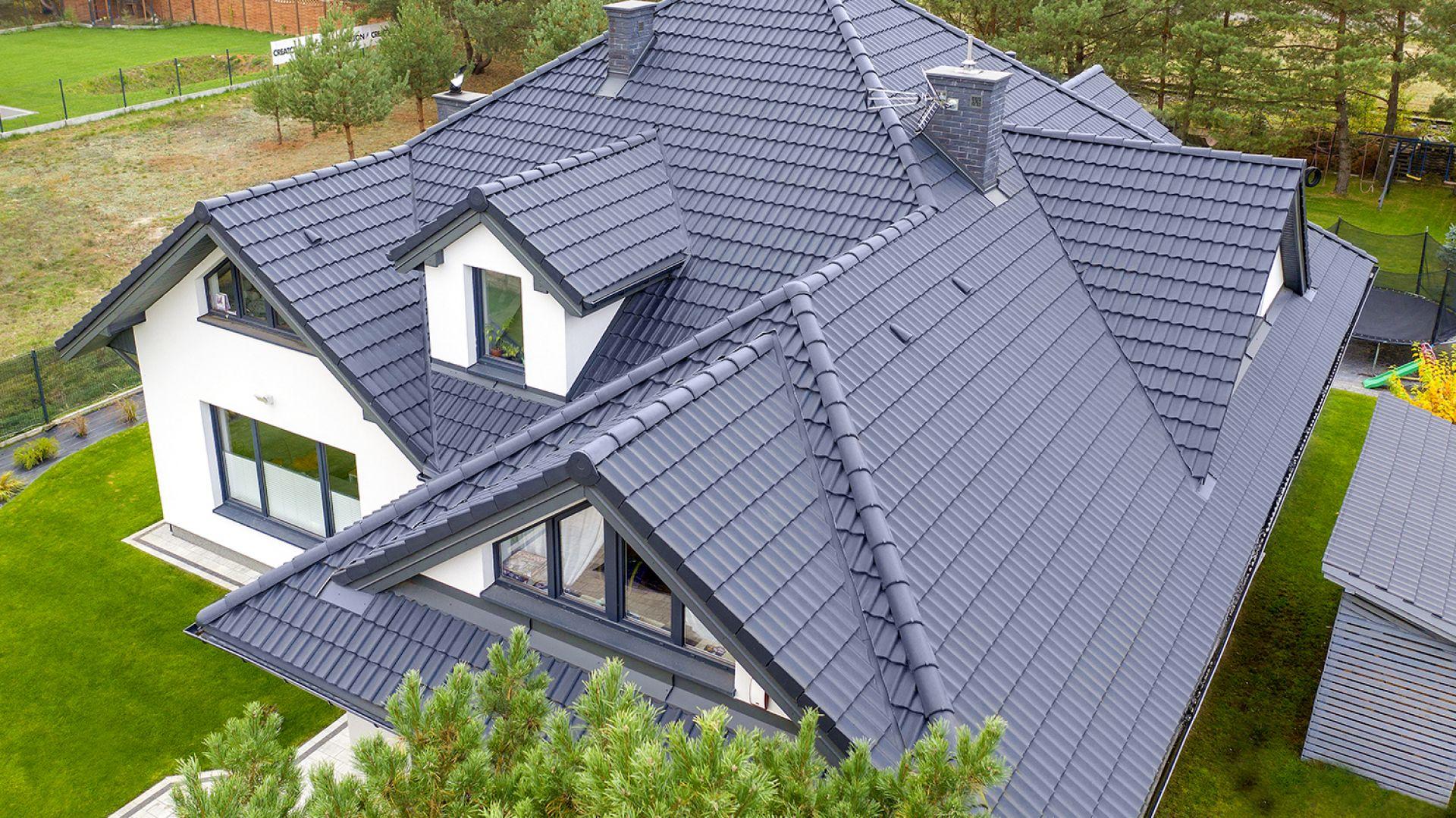 Którą dachówkę wybrać - ceramiczną czy cementową? Fot. Creaton
