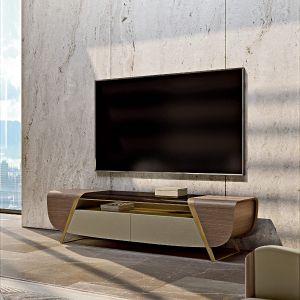 Konstrukcja szafki TV została również wzmocniona ukośnymi liniami. Tutaj front ma szuflady pokryte skórą, po bokach znajdują się dwie otwierane przegrody, a pochylone nogi są ponownie wykonane ze szczotkowanego złota. Fot. Turri Meltinglight living room
