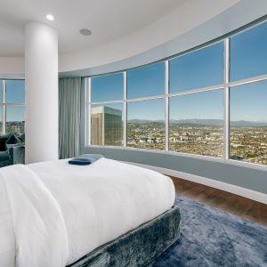 Ponieważ Matthew niedawno wprowadził na rynek swój dom w Malibu, tuż po tym, jak zakupił dom o wartości 6 milionów dolarów w Pacific Palisades, obecnie jego najdroższą nieruchomością jest wspaniały apartament na 40 piętrze w Century Tower w Los Angeles.