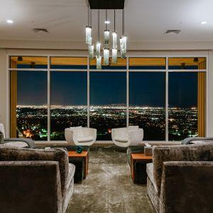 Całe 40 piętro Perry'ego w Century ma powierzchnię 9318 stóp kwadratowych i oferuje widoki na Los Angeles przez panoramiczne okna poprowadzone od sufitu do podłogi - oszałamiające wizualnie w świetle dziennym i mieniące się światłami w nocy.