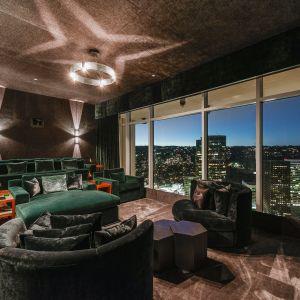 Obejmuje olbrzymie pokoje - salon z dwoma kominkami i ogromny apartament typu master z wieloma strefami mieszkalnymi.