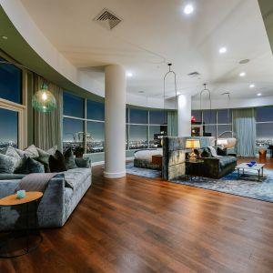 Zaprojektowany przez Roberta A. M. Stern Architects w 2009 roku, Century przyciągnął Paulę Abdul, Elizabeth Berkley, Rihannę i Candy Spelling, wdowę po reżyserze Aaronie Spellingu, którzy kupili dwa najwyższe piętra.