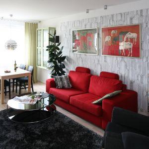 W otwartej strefie dziennej doskonale połączono mocne kolory i wyrazistą tapetę na ścianie. Projekt: Marta Kruk. Fot. Bartosz Jarosz