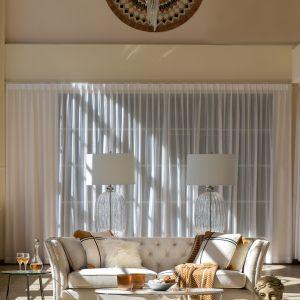 Wygodne sofy, stylowe narożniki, kubełkowe krzesła i fotele stanowią idealną bazę aranżacji tyle nowoczesnych, co i funkcjonalnych. Ich głębokie, komfortowe siedziska wykonane z bawełny lub mieszanki bawełny i lnu będą gwarancją niczym niezakłóconego wypoczynku. Fot. Miloo Home Salted Caramel