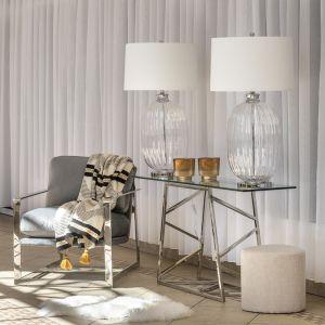 Delikatny strumień światła przedostający się przez klasyczną formę abażurów podkreśli szlachetne detale i sprawi, że będą stanowiły prawdziwą ozdobę domowej przestrzeni, bez względu na porę dnia. Fot. Miloo Home Salted Caramel