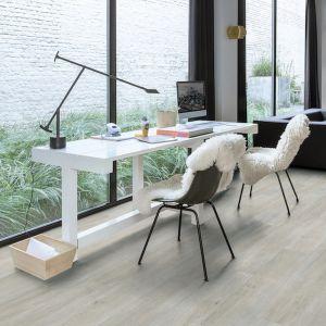 Winylowa podłoga Quick-Step ma właściwości dźwiękochłonne i idealnie nadaje się do domowego biura. Fot. Quck-Step podłoga winylowa Balance Click BACL40052