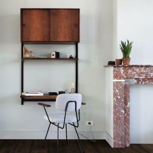 Wydzielona przestrzeń do pracy może być nie tylko strefą, która pozwoli odciąć się od irytujących nawyków współlokatorów, ale także przytulną i atrakcyjną przestrzenią. Fot. Quick-Step podloga laminowana Signature SIG4756