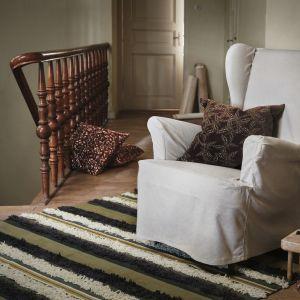 W kolekcji Dekorera znajdziemy tekstylia w kontrastujących kolorach i wzorach, które wprost zachęcają do otulenia się nimi w chłodne, ciemne wieczory. Fot. IKEA