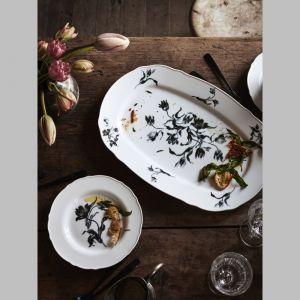 Porcelanowa kolekcja naczyń obiadowych Upplaga wykonana jest w budzącym nostalgię, rustykalnym stylu. Fot. IKEA