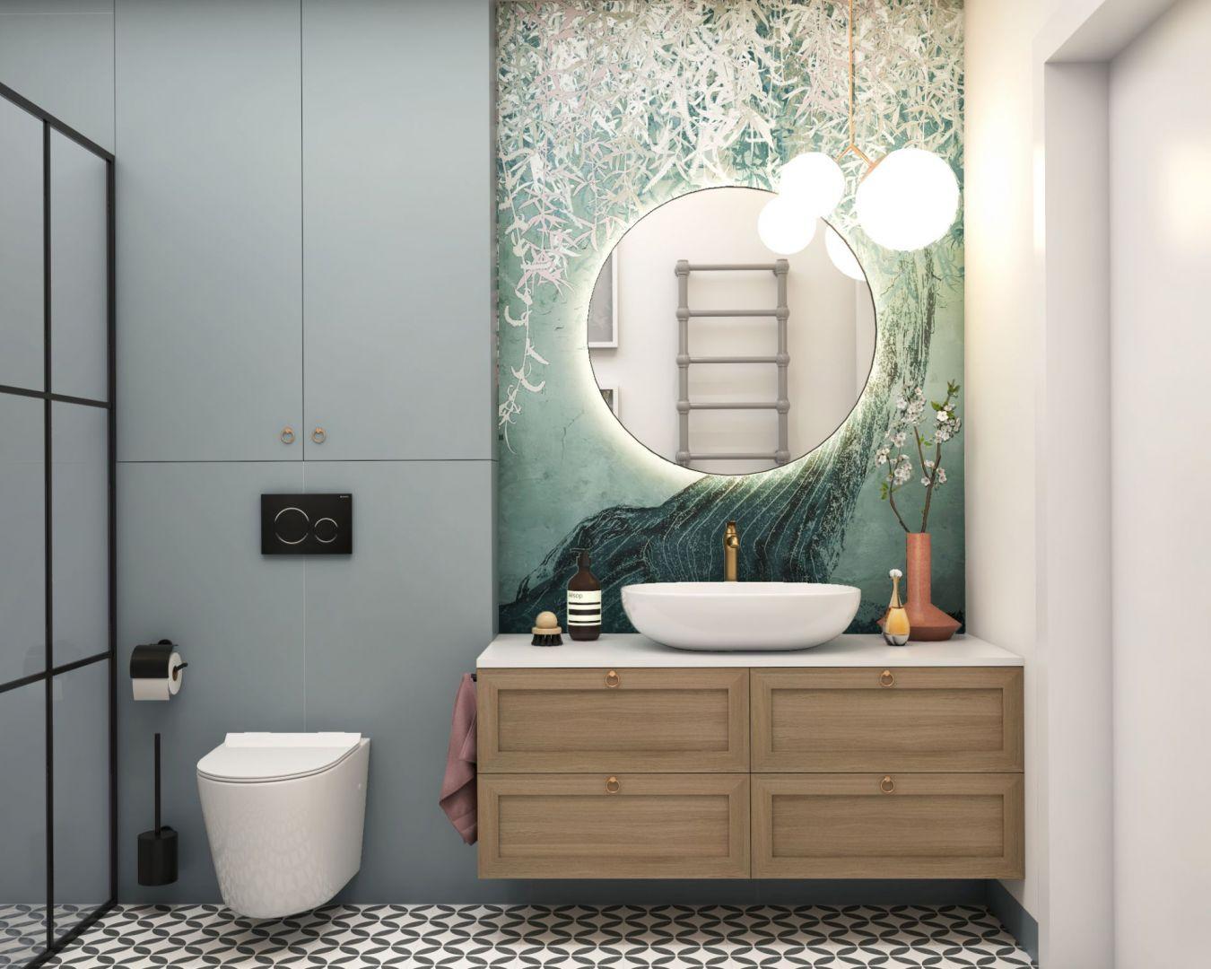 Tapeta pozwala wprowadzić do łazienki miękki rysunek i kolor, co w efekcie ociepla aranżację. Projekt i zdjęcia: MIKOŁAJSKAstudio